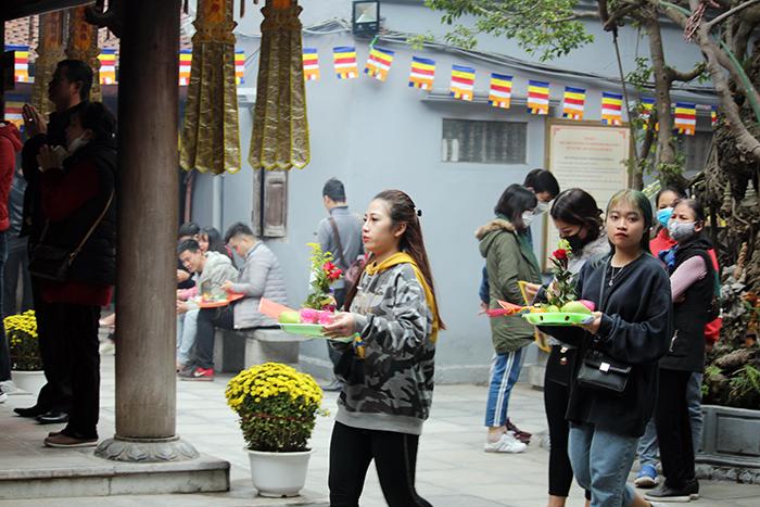 Giữa tâm dịch Corona, nhiều nam thanh nữ tú vẫn đi chùa Hà cầu duyên
