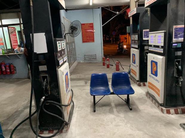 Bồn chứa còn 20 ngàn lít, cây xăng ở Hà Nội vẫn từ chối bán vì