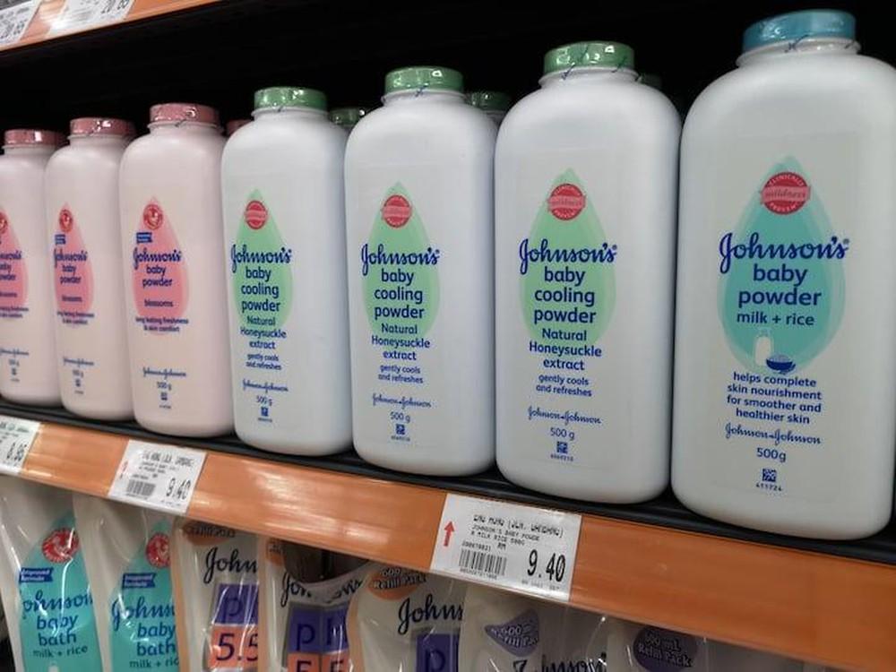 Johnson & Johnson chính thức ngừng sản xuất phấn rôm vì có chứa chất gây ung thư