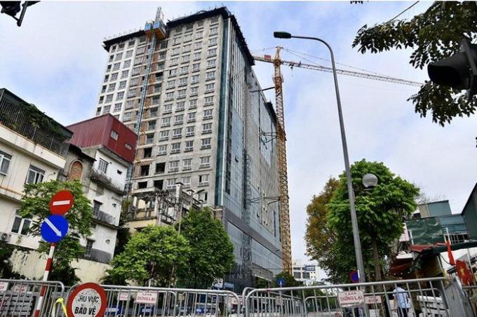 Bắt đầu phá dỡ giai đoạn II tòa nhà 8B Lê Trực