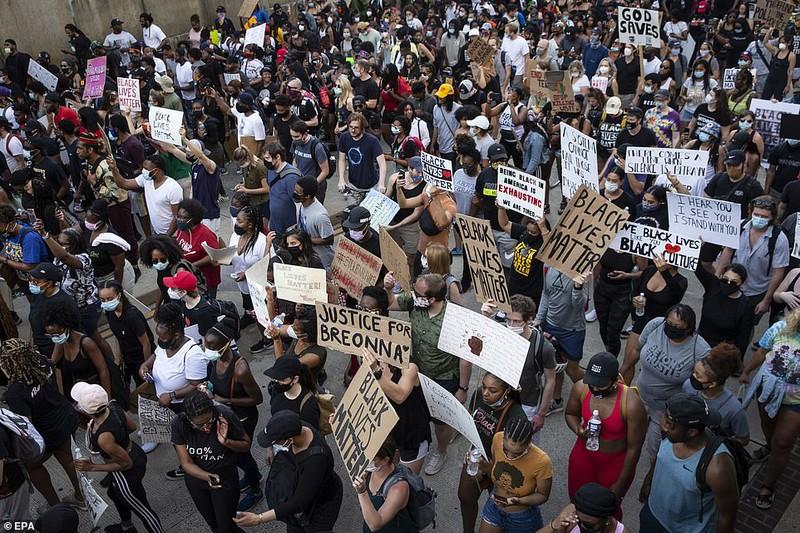 Hàng vạn người biểu tình vây kín các con đường thủ đô Washington