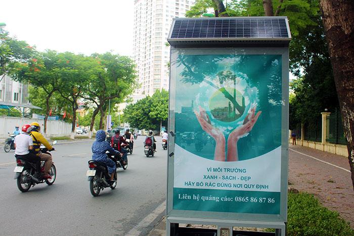 Thùng rác công nghệ pin mặt trời phát sáng về đêm trên đường phố Hà Nội