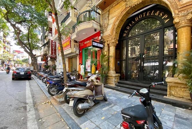 Bán trà đá giữa sảnh khách sạn sang, được trả thêm 4 triệu/tháng