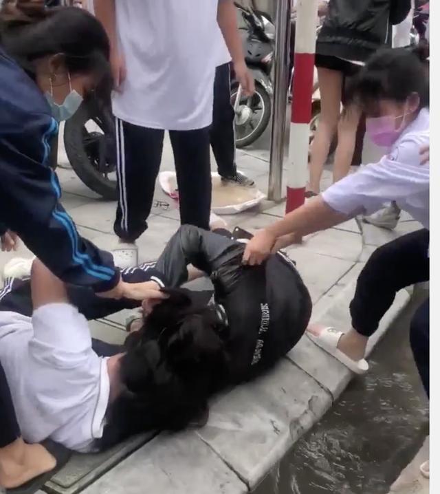 Hà Nội: Nữ sinh đánh nhau dữ dội trước cổng trường
