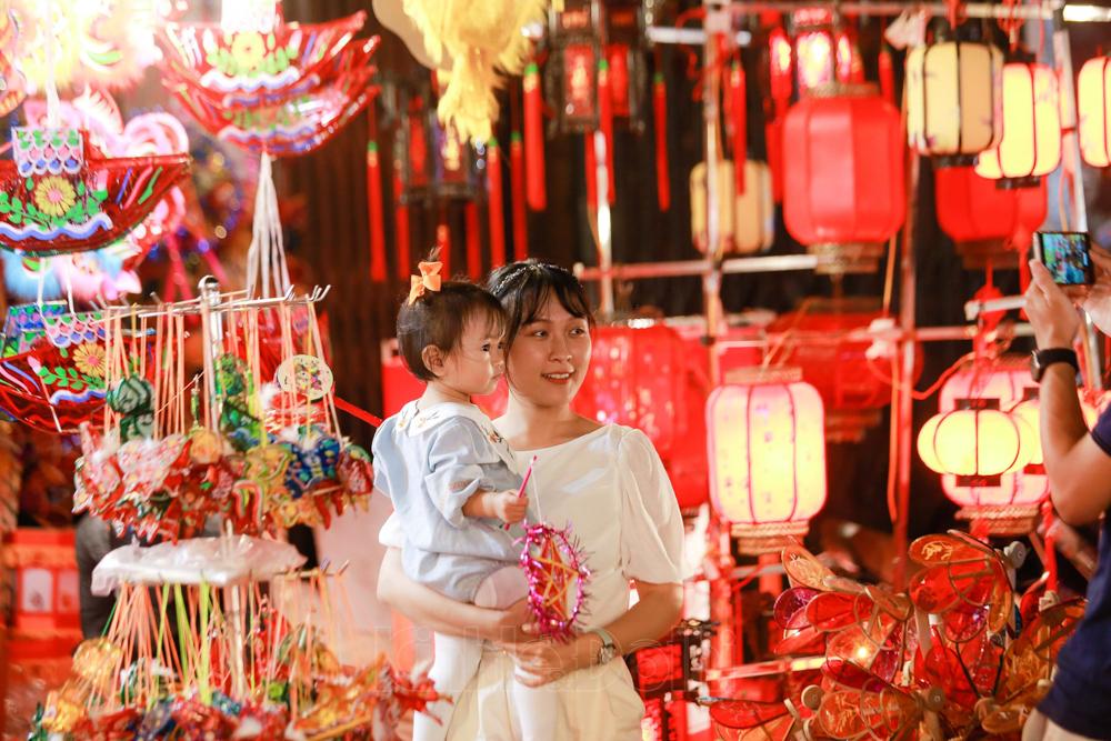 Hà Nội: Phố Hàng Mã lung linh trước Tết Trung thu 2020