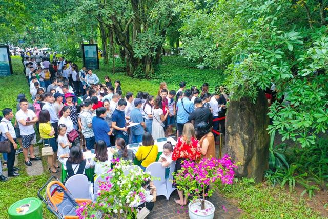 Khách xếp hàng dài để xem nhà mẫu và mua nhà tại Ecopark
