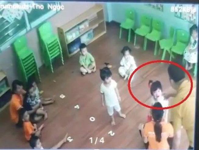 Vụ bé 2 tuổi bị bố bạn đánh trong lớp học: Đình chỉ 3 giáo viên