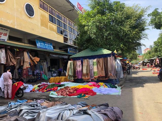 Hà Tĩnh: Tiểu thương bật khóc khi thấy hàng hoá biến thành rác sau lũ