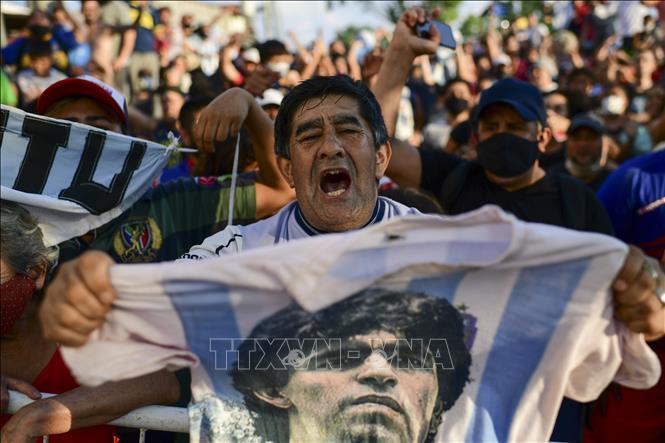 Hàng vạn người hâm mộ Argentina xếp hàng, tiễn biệt huyền thoại Maradona