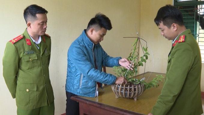Phú Thọ: Dán keo 502 để