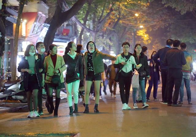 Hà Nội: Người dân bỡ ngỡ trong ngày đầu tổ chức thêm 8 phố đi bộ