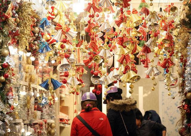 Nhộn nhịp thị trường đồ trang trí Giáng sinh trên phố Hàng Mã