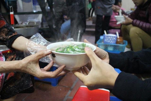 Kỳ lạ phở khổ Hà Nội: Bán trên sân thượng, khách đến ăn
