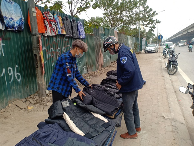 Những người bán quần áo dạo trong giá rét
