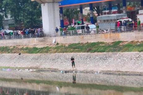 Hà Nội: Bàng hoàng phát hiện thi thể người đàn ông dưới sông Tô Lịch