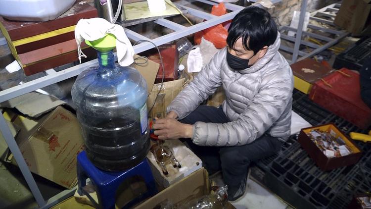 Triệt phá cơ sở sản xuất rượu giả nhãn mác nước ngoài