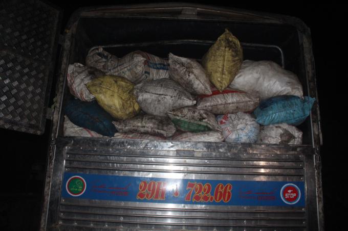 Kiểm tra xe tải phát hiện hơn 116 bao tải chất đầy mỡ bẩn