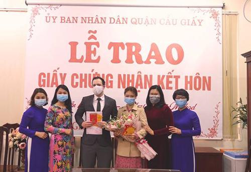 Quận Cầu Giấy trao giấy chứng nhận kết hôn cho công dân quốc tịch Việt Nam và British Citize trong ngày làm việc đầu năm