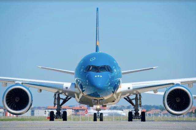 Gần 400 người đi cùng máy bay với ca Covid-19 mới, Hà Nội ra thông báo khẩn