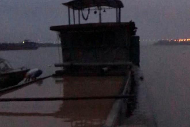 Hà Nội: Phát hiện bắt giữ 1 tàu hút cát trái phép trên sông Hồng