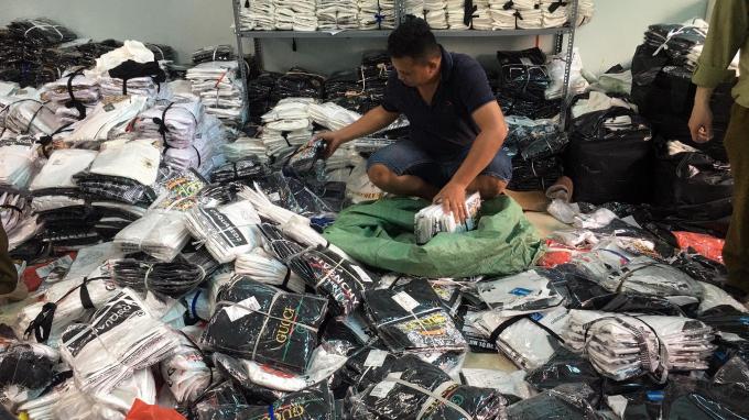 Hà Nội: Phá kho hàng giả nhiều nhãn hiệu lớn tại Hoàng Mai