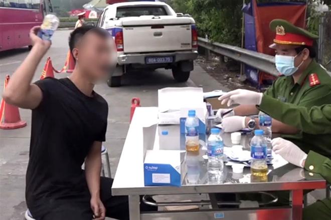 Tài xế vứt mẫu thử, giật giấy phép lái xe khi test nhanh dương tính với ma túy