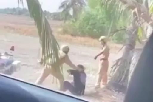 Thông tin mới nhất vụ video 2 CSGT đánh người tới tấp tại bãi đất trống