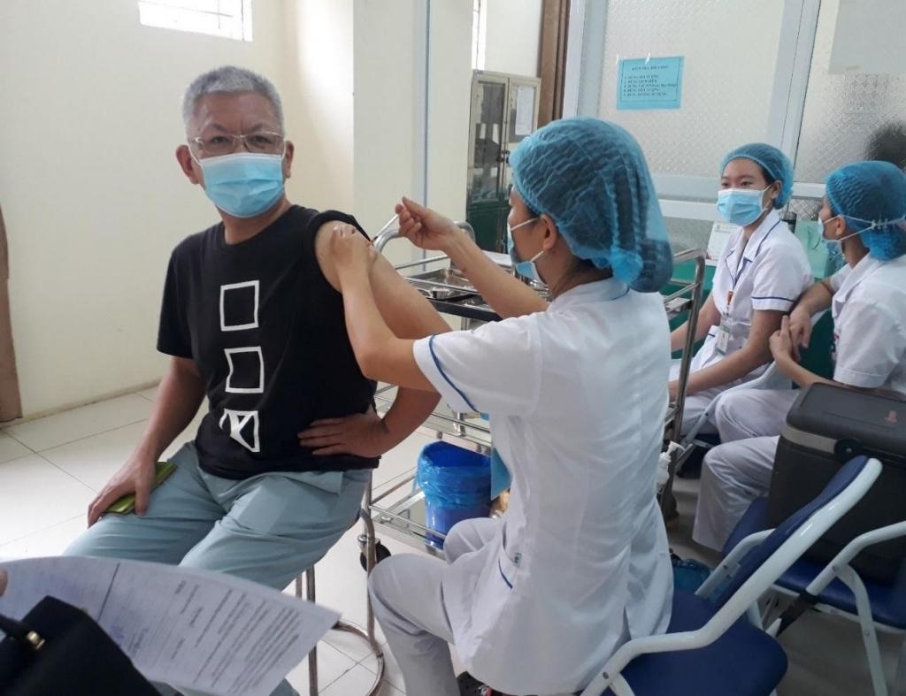 Hà Nội: Chuyên gia nước ngoài được tiêm chủng tại huyện Mê Linh