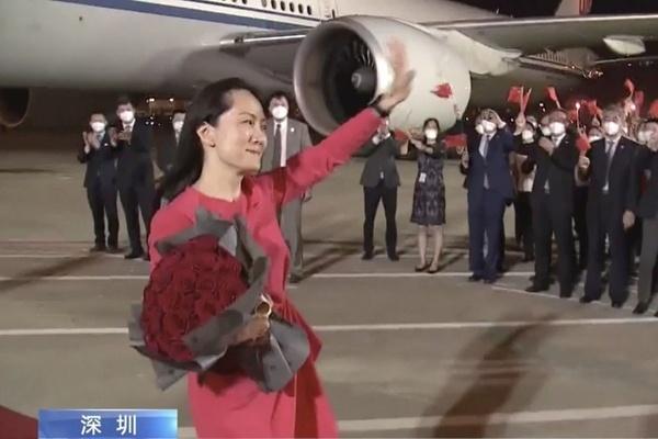 'Công chúa Huawei' được chào đón khi về đến Trung Quốc