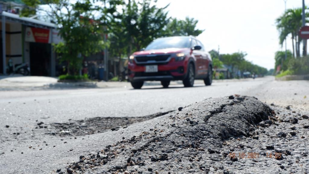 Quảng Nam: Tỉnh lộ 609 bong tróc hàng loạt sau 8 tháng nghiệm thu sửa chữa